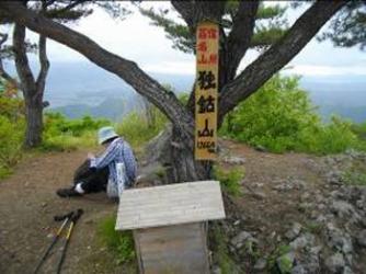 山頂に到着「亥(い)」の祠が手前にある