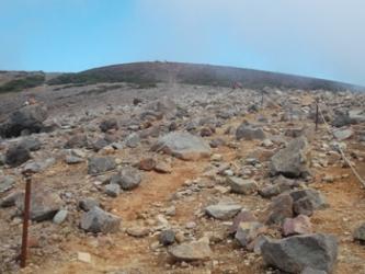 山頂を目指して緩やかなガレ場を登る