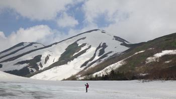 頂上以外はまだ雪で覆われている