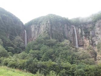 ガスが上がって現れた権現滝と不動滝米子