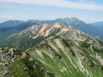 水晶岳からの赤牛岳(正面)と右遠方の立山(立山の左奥は剱)