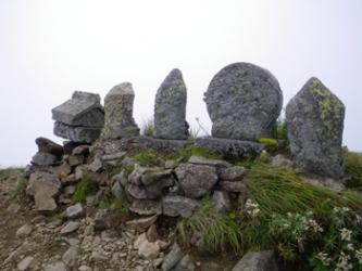 山頂の石祠