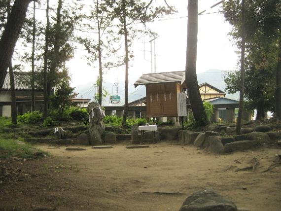 浅間神社(甲斐)山宮遥拝・石・松05