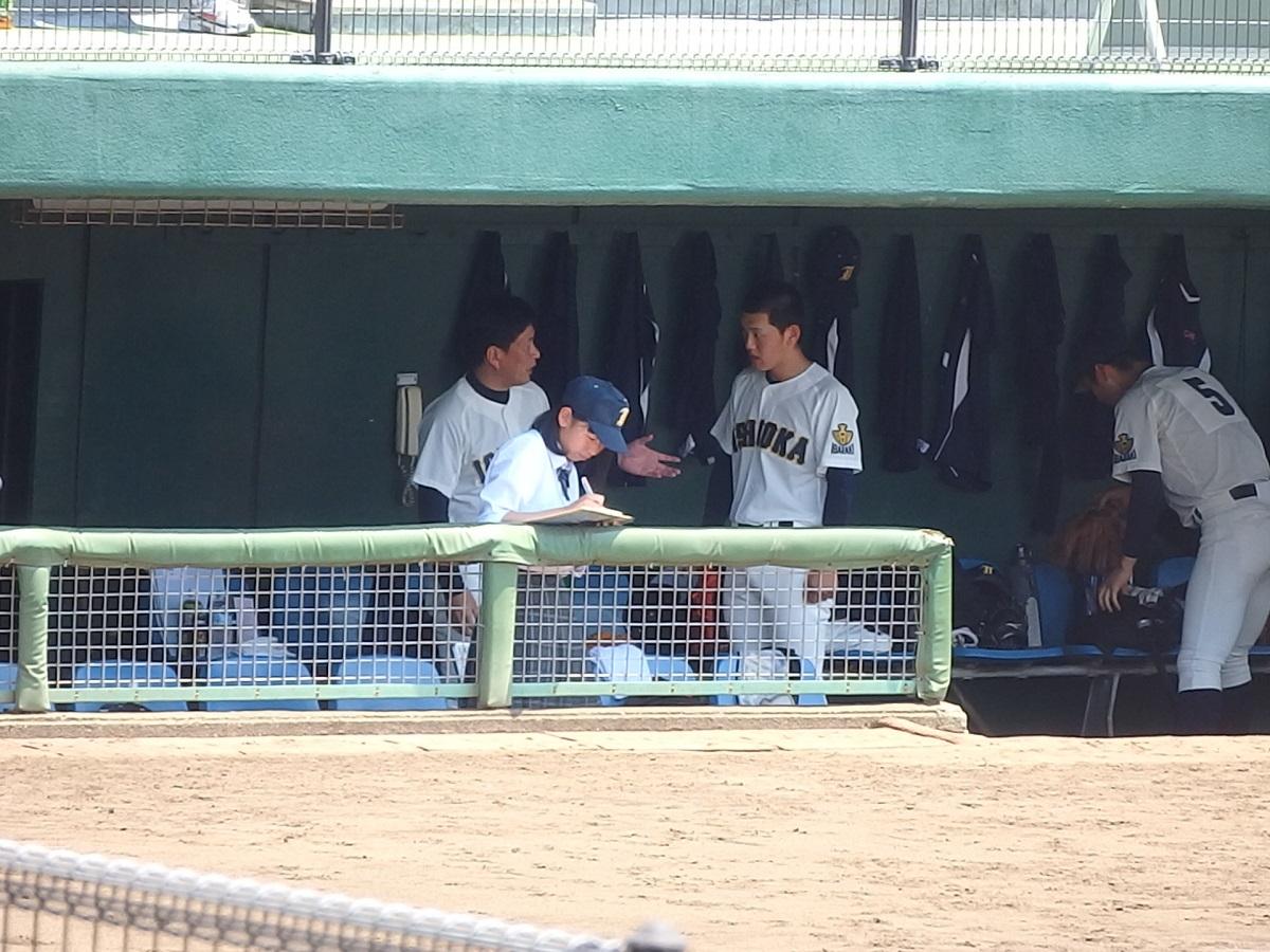 33_1年生投手の岩本大地くんに指導する石岡一の川井監督