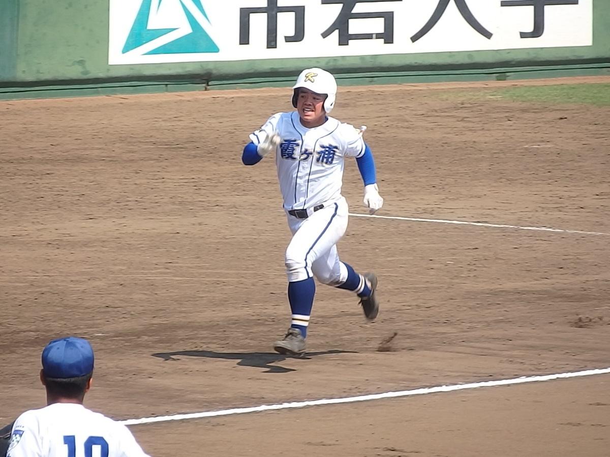 23_7回裏、2ベースで出塁した霞ヶ浦の5番齋藤くんが6点目となるホームを踏む