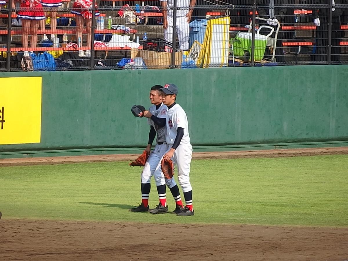 試合後のエースを、2年生の吉岡くんが支える