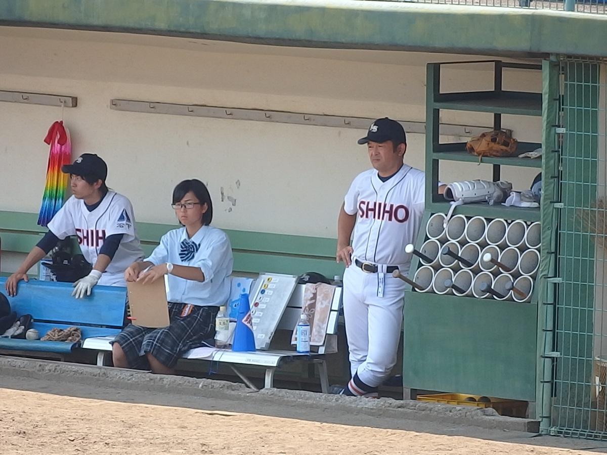 09_投手の四球の多さに苦い顔の石下紫峰江連監督