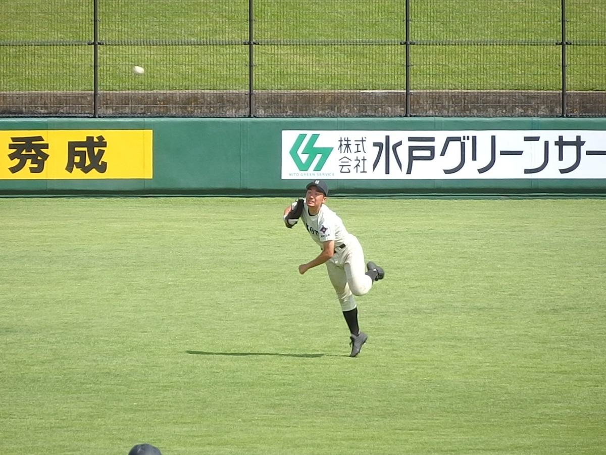18_4回裏、鉾田二のレフト小沼くんの必死の返球も5点目のホームインを許す