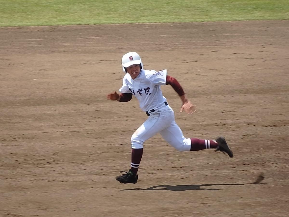 16_4回表、ヒットで出た常総学院7番斉藤くん。足でもかき回す!