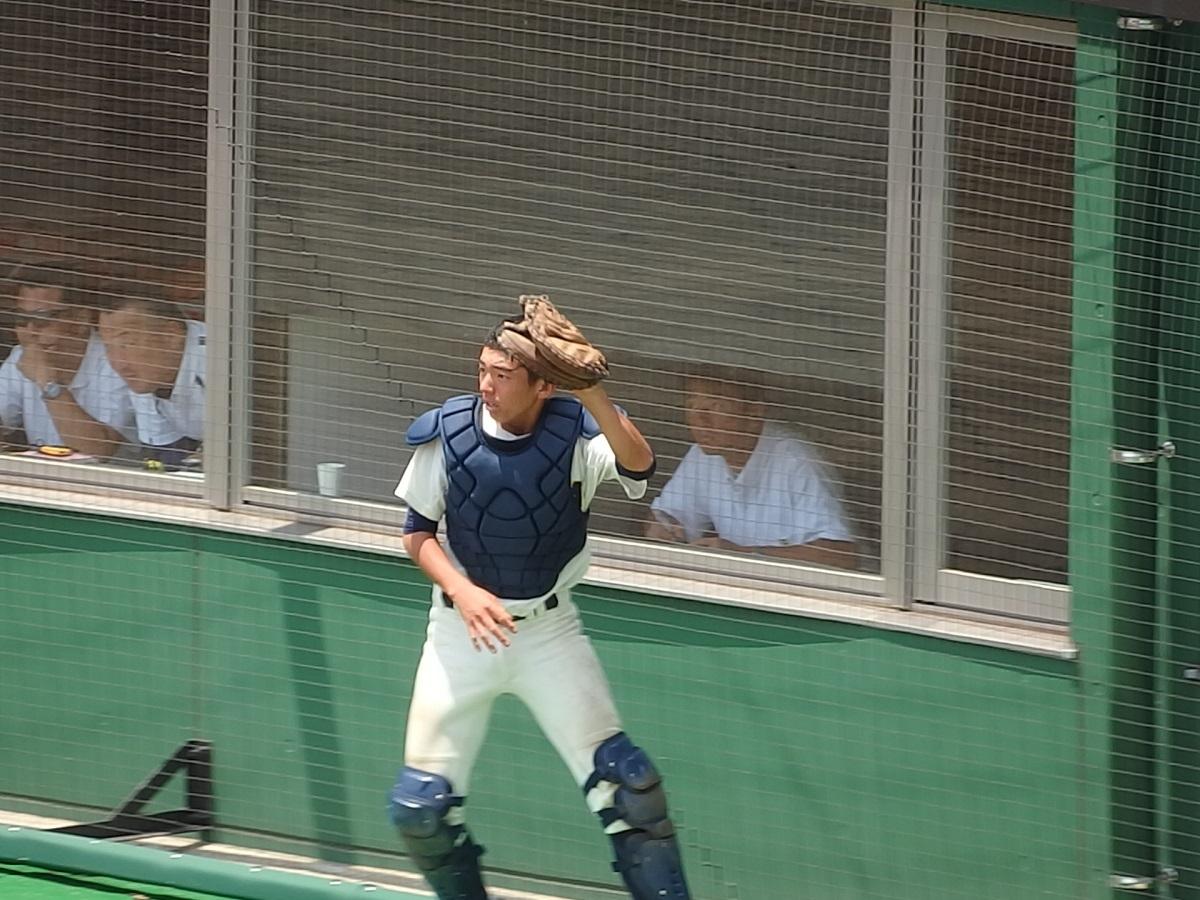 23_ネット際の難しいフライを捕球する石岡一の捕手木村くん
