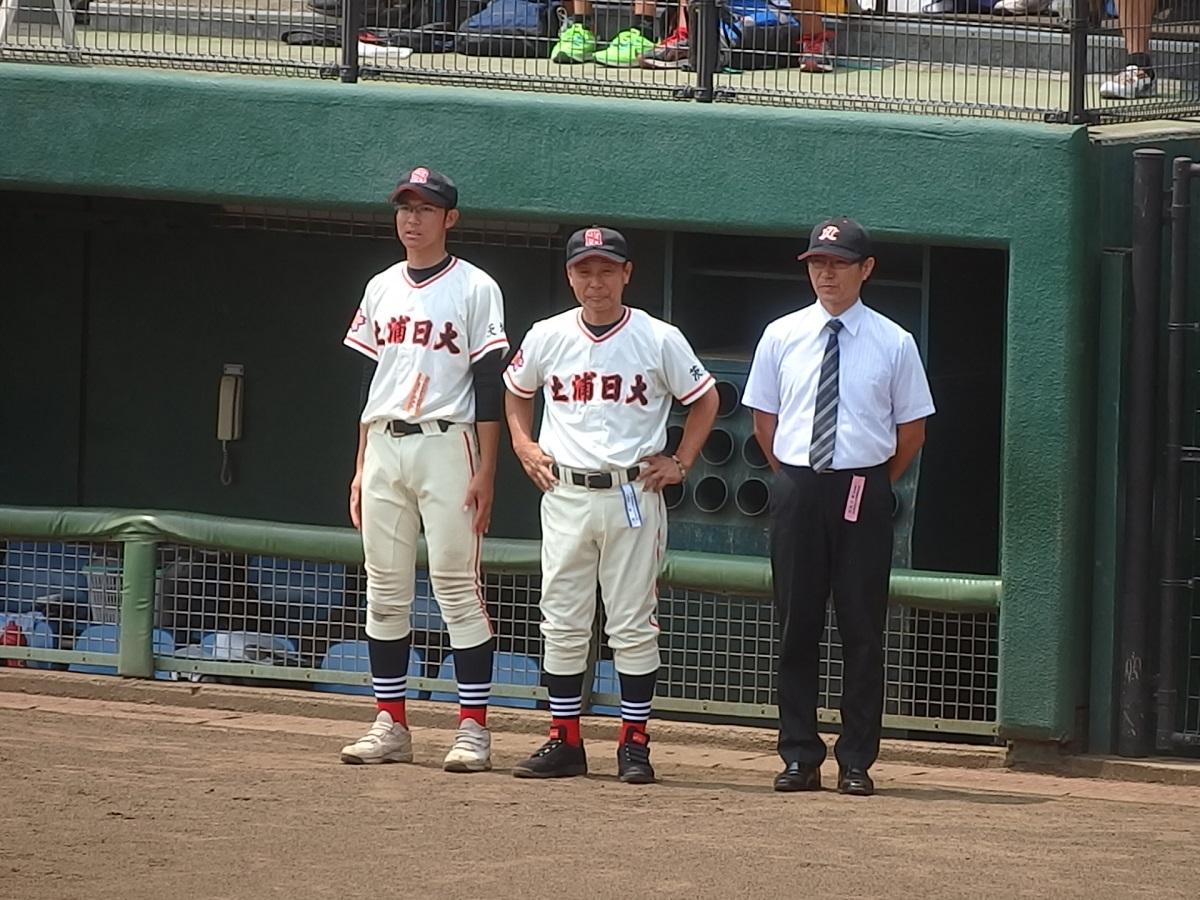 13_就任して1年と4ヶ月で夏の県大会決勝まで辿り着いた土浦日大小菅監督(中央)