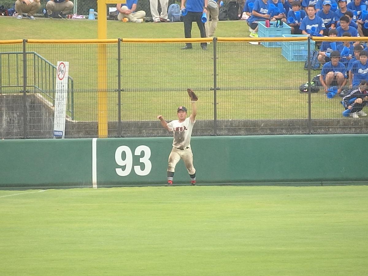 51_15回裏に霞ヶ浦小儀くんのヒット性のあたりを捕球した土浦日大のレフト鈴木くん