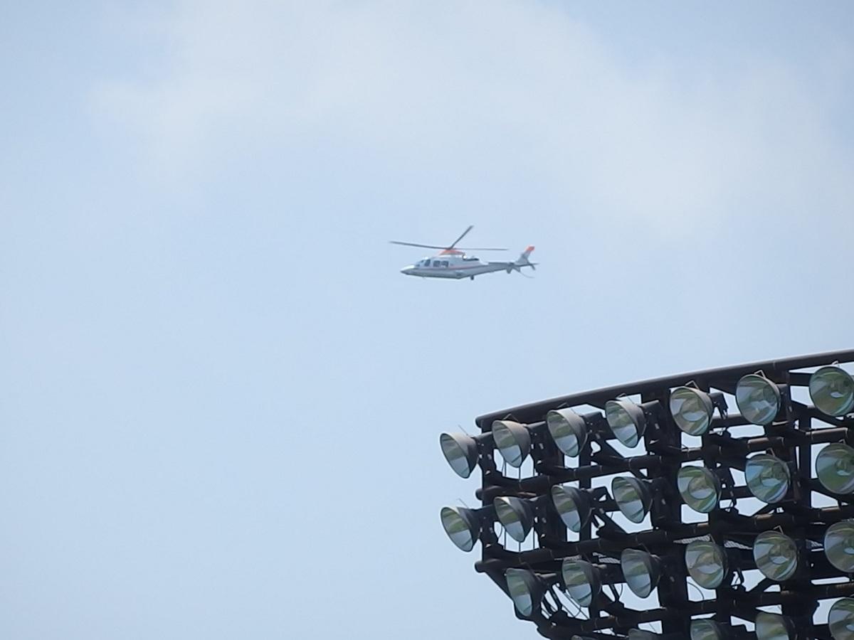 34_朝日新聞のヘリによる始球式ボール投下①