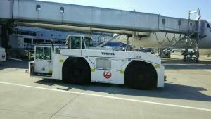 福岡空港トーイングトラクター-1705
