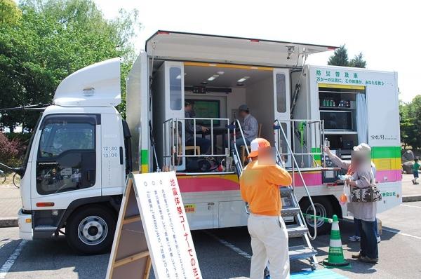 800px-Earthquake_experience_car,Chiba-city,Japan