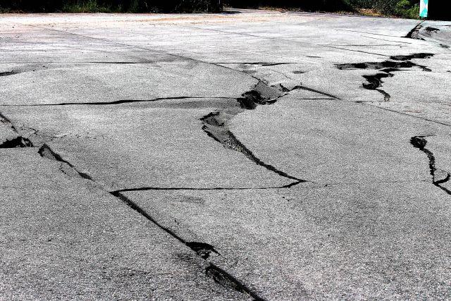 【大分の地割れ】幅も広がり警報器も作動…専門家「地割れは中央構造線上に出来ている。地震の可能性も否定できない」