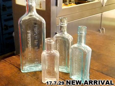 アンティークなガラス薬瓶