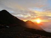 2:テント場から北岳と日の出。