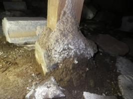 倉庫床下の蟻道