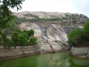 池と岩bbb
