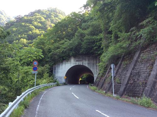 20170611 板敷渓谷までの道のりにある最初のトンネル