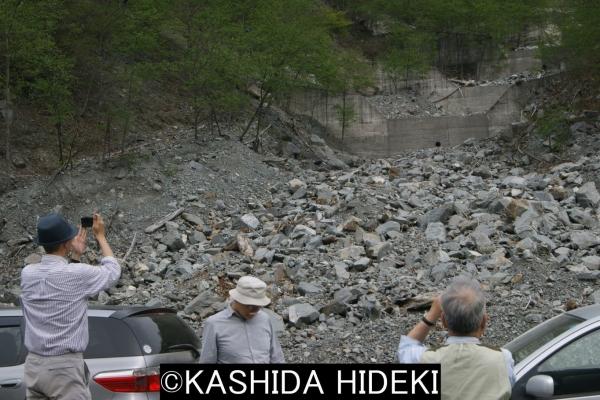 燕沢 砂防ダムを超える落石