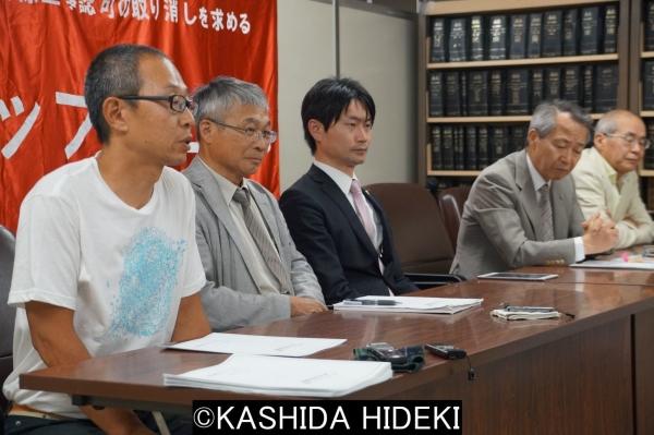 裁判後の記者会見。手前から谷口さん、米山さん。