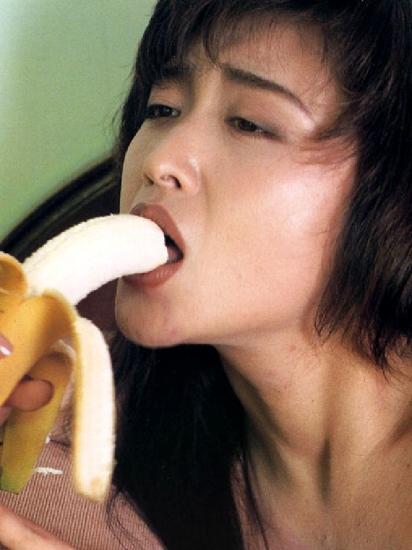 バナナで擬似ファラチオをする三原じゅん子参議院議員
