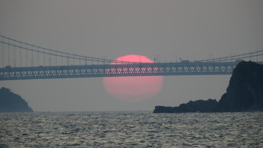 大鳴門橋の下に沈む太陽 2017年5月29日
