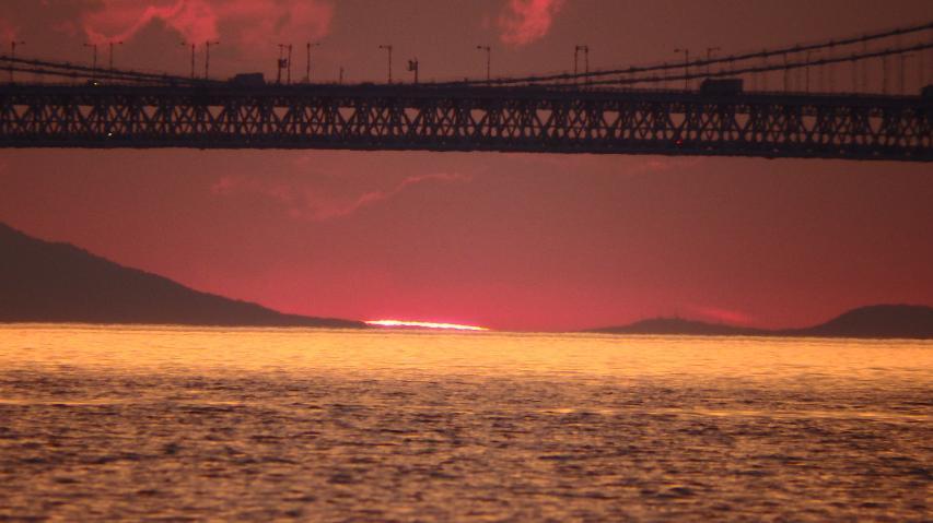 2017年6月13日、大鳴門橋の橋桁の下に沈む夕日