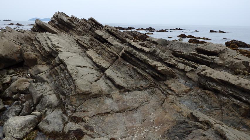 荒々しい岩石海岸