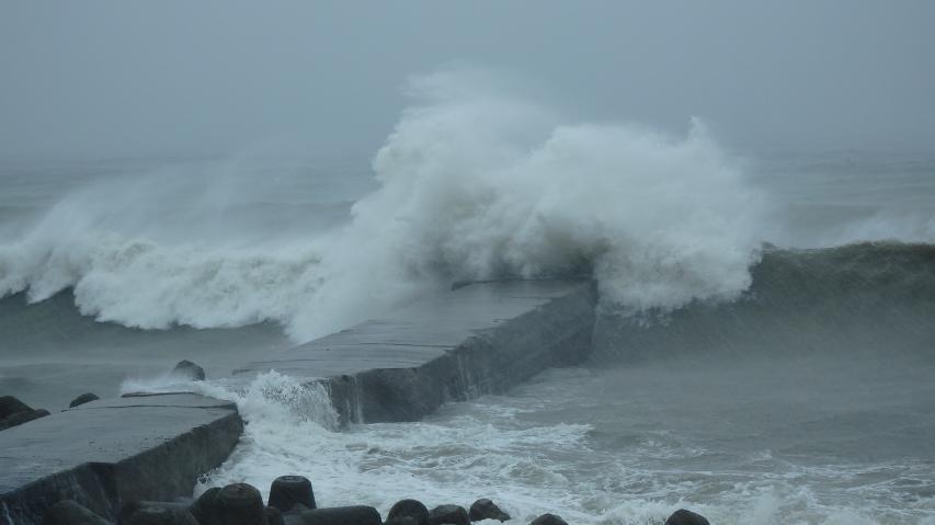 波止場に押し寄せる大波