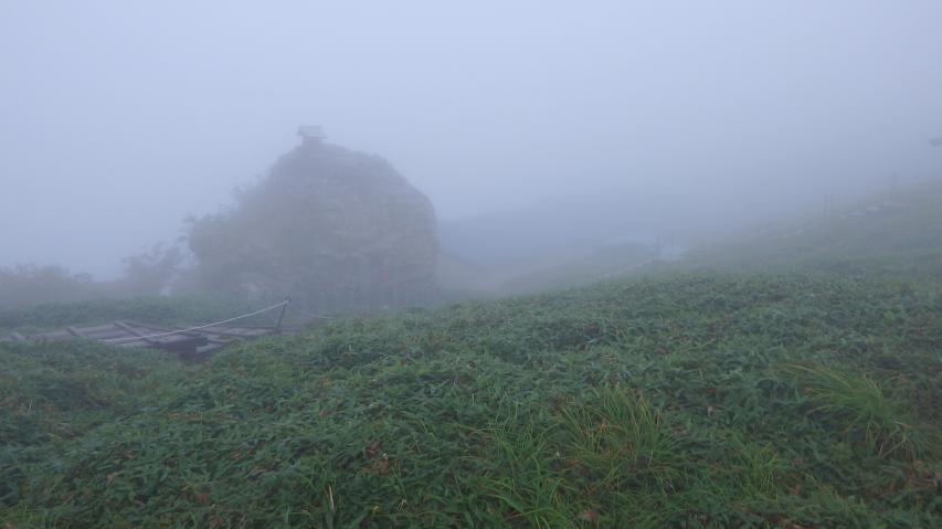 宝蔵石も霧のベールがかかる