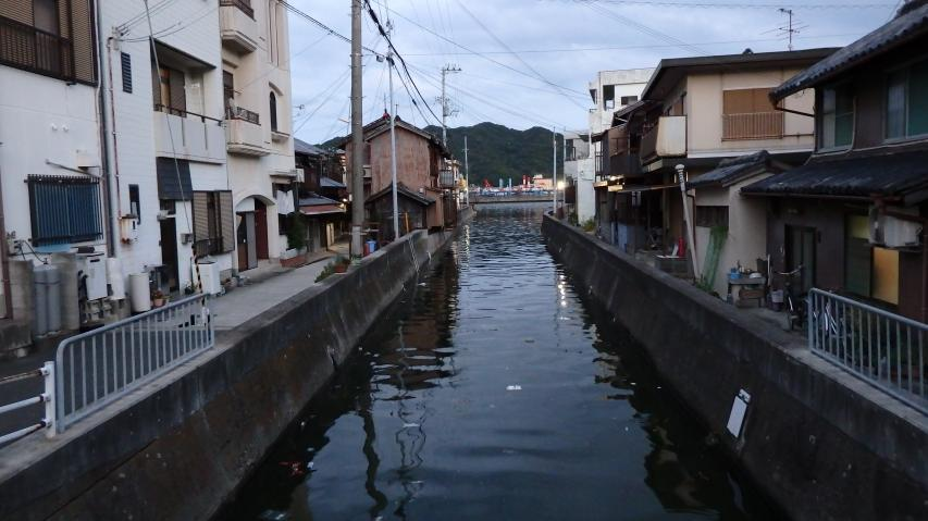 水路を海水が遡上してきます