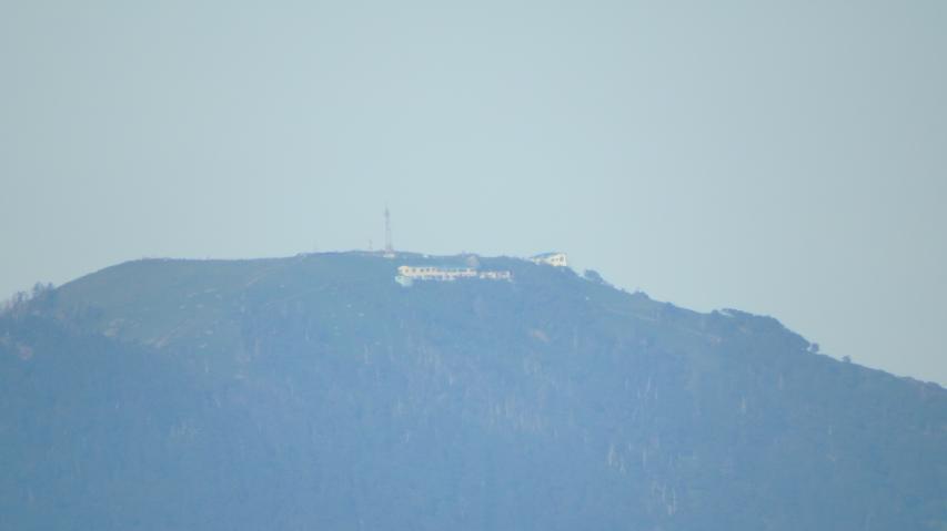 剣山頂上ヒュッテが見えます