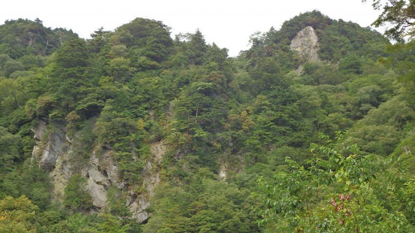 断崖絶壁を縫うようにしてスーパー林道はゆく