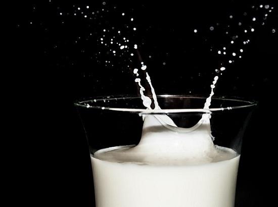 フリー画像・ミルクの雫2