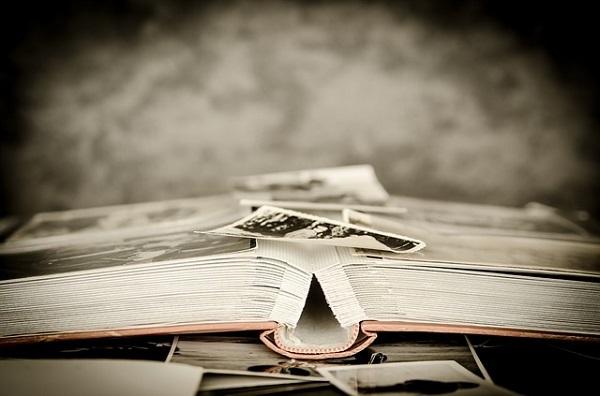 フリー画像・古い本と写真