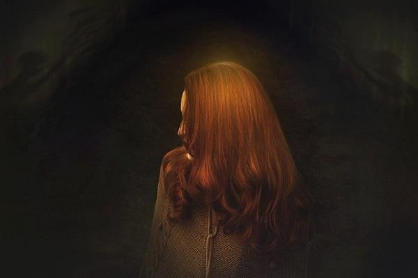 フリー画像・闇の中のブロンド女性