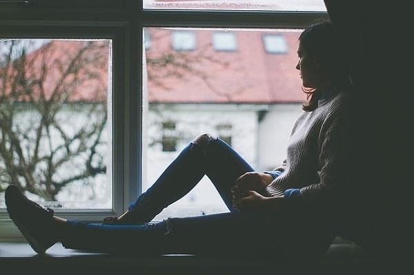 フリー画像・窓際の女