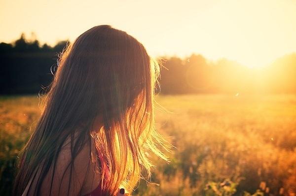 フリー画像・夕陽に照らされた髪