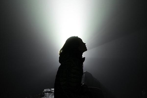 フリー画像・女のシルエットと光