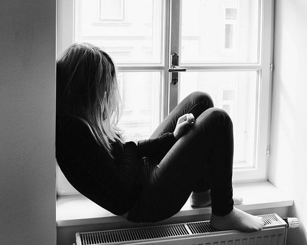 フリー画像・窓際で泣く女