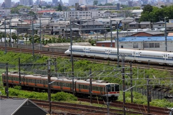 ⑥新幹線と普通列車 (550x367)