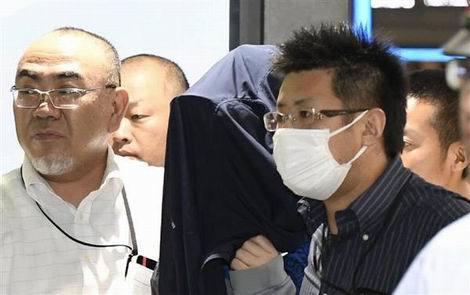 福岡市の金塊窃盗事件で移送される容疑者(470x295)