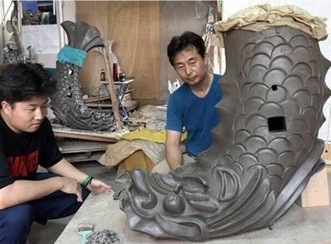 藤本鬼瓦で制作が進む熊本城大天守の鯱(470X346)