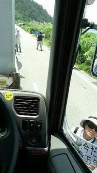 辺野古・トラックを取り囲んで抗議する反対派(200x357)