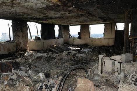 ロンドン火災 火災で黒こげに焼け、がれきと化した高層住宅室内(470x313)