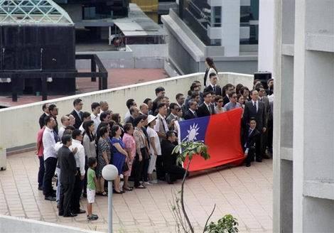 パナマの台湾大使館で国旗をたたむ(470x328)