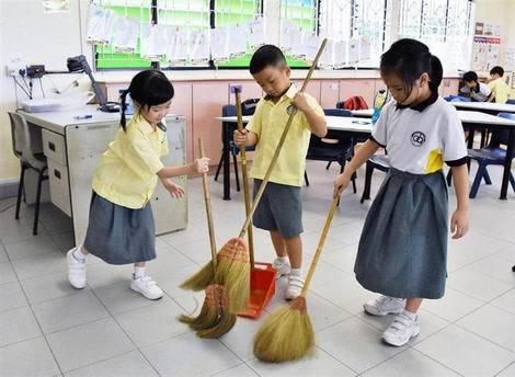 シンガポールのダーチャオ小で床を掃除する児童(470x344)